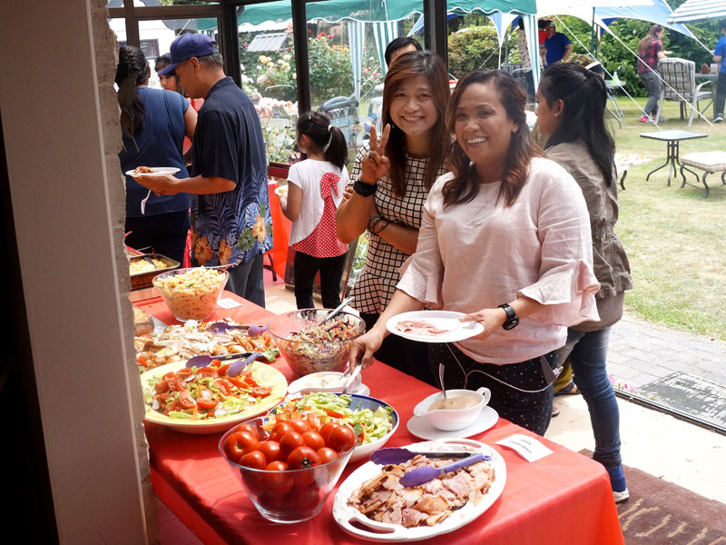 Jackie Batoy and Aldine Pyos fill their plates.